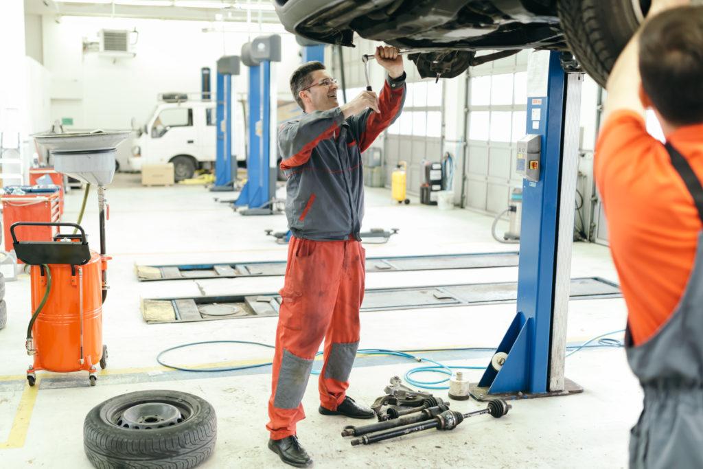 La seguridad en un taller mecánico y de reparación de automóviles.